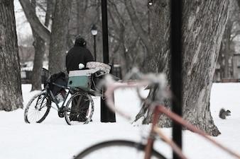 Rodas cobertas de neve e um pequeno esquilo