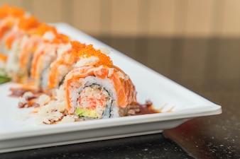 Rolinhos de sushi de salmão