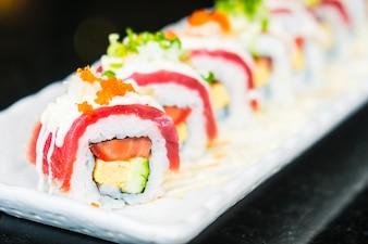Rolo de sushi de atum