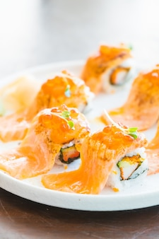 Rolo de sushi de salmão grelhado