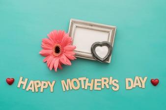 """Rotulação do """"dia feliz mãe"""" com quadro, flor e corações"""
