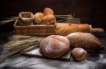 Rye cortou pão na mesa