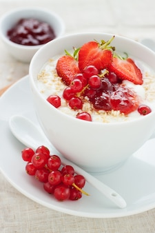 Saboroso pequeno-almoço com cereais e morangos