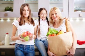 Sacos cheios de alimentos saudáveis