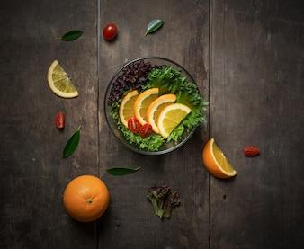 Salada com laranja e tomate cereja