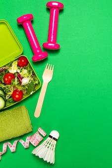 Salada com pesos e uma bola de badminton