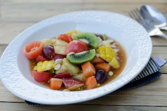 Salada de frutas misturadas tailandesas picante
