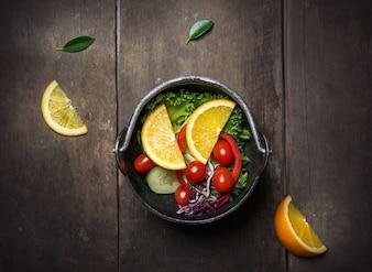 Salada deliciosa com fatias de laranja
