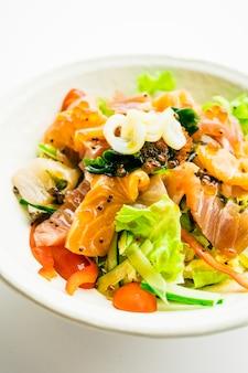 Salada mista de frutos do mar com lulas de salmão e outros peixes