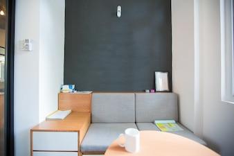 Salão de escritório com sofá e mesa de café