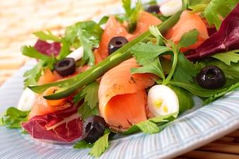 Salmão, salada, feijões, close-up