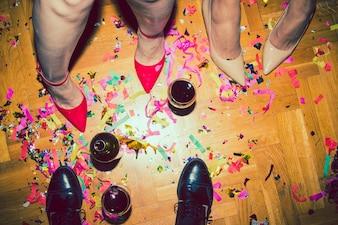 Saltos altos, sapatos e copos de vinho