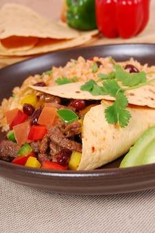 Sanduíche da carne do envoltório do burrito com arroz