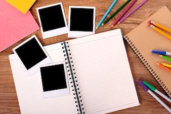 Secretária de estudante universitário com álbum de fotos em branco