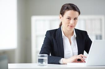 secretário Elegante no escritório