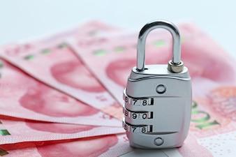 Segurança financeira Bloqueio de senha e notas de banco no fundo branco