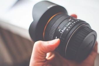 Segurando lente da câmera