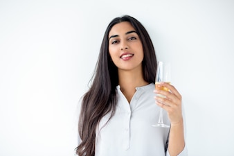 Segurando mulher latino-americana flauta feliz champagne