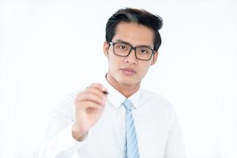 Sério empresário asiático tranquilo empresário em placa invisível