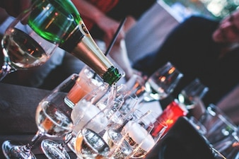 Servindo o champanhe