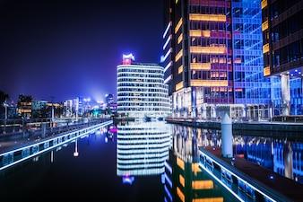 SHANGHAI, CHINA - 25 DE MARÇO: vista do distrito de Pudong da área do beira-rio do Bund em 25 de março de 2016 em Xangai, na China. Pudong é um distrito de Xangai, localizado a leste do rio Huangpu.