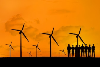 Silhueta de pessoas aproveitam a energia renovável