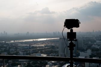 Silhueta tripé e câmera