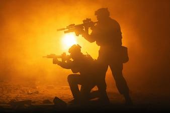 Silhuetas pretas de soldados