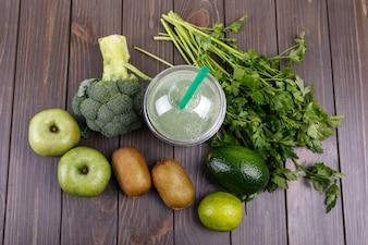 Smoothies com maçãs, kiwi, limão, brócolis, salsa e abacate