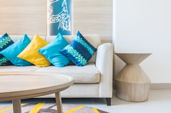 Sofá com almofada azul