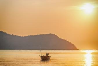 Sol nascente com seascape