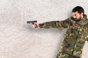 Soldado atirando uma arma