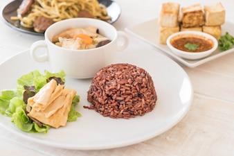 Sopa de repolho recheado com arroz de baga e tofu