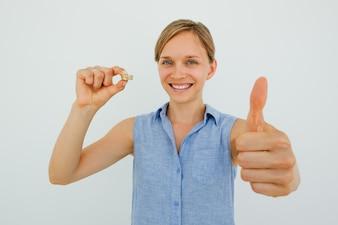 Sorridente, mulher, segurando, moedas, mostrando, polegar, cima