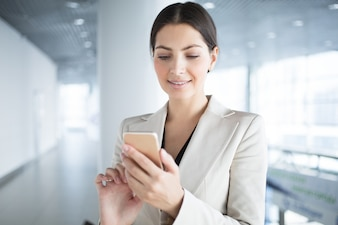 Sorrindo, bonito, negócio, senhora, usando, Smartphone
