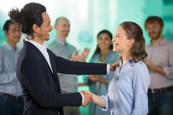 Sorrindo Colega de negócio Homem Felicitar