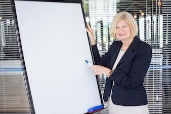 Sorrindo líder feminino líder que explica tarefa
