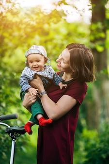 Sorrindo, mãe, segurando, feliz, criança