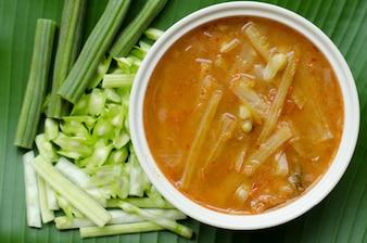 Sour sopa com peixe e moringa