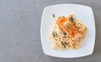 Spaghetti temperado com salmão e salada