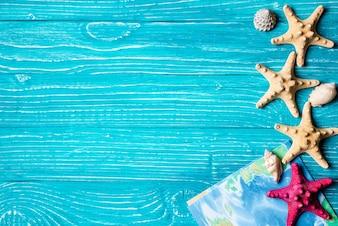 Starfish e soneca localizados em fundo de madeira azul