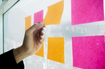 Start up partners estão trabalhando em roupas casuais, discutindo as idéias para a nova estratégia de desenvolvimento.
