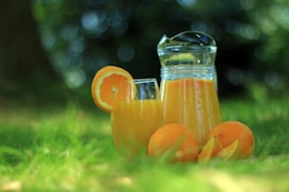 Suco de laranja no jardim