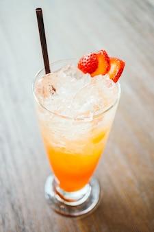 Suco de perfuração de fruta congelada em vidro