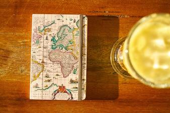 Sumo de laranja e caderno