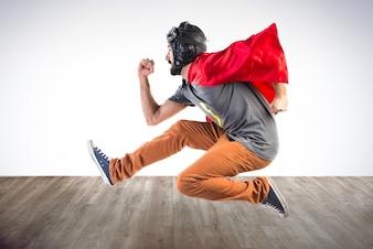 Super-herói correndo rapidamente em fundo colorido
