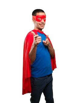 Super-herói fresco apontando
