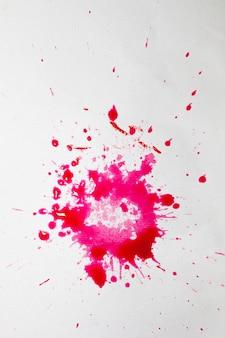 Superfície branca com salpicos de aquarela rosa