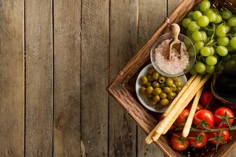Superfície de madeira com cesta e saudáveis produtos