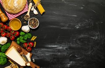 Superfície preta com ingredientes para fazer uma refeição